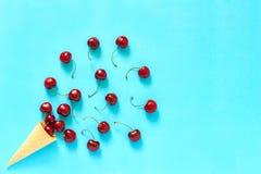 Cono de helado curruscante de la galleta con el cherr dulce maduro rojo dispersado Fotos de archivo libres de regalías