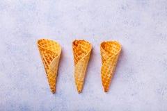 Cono de helado de la galleta en un fondo ligero Imagenes de archivo