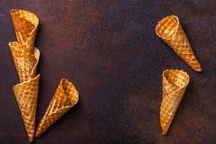 Cono de helado de la galleta, fondo oscuro Fotos de archivo
