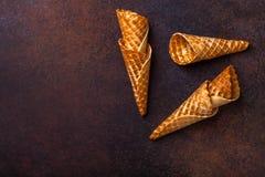 Cono de helado de la galleta, fondo oscuro Imágenes de archivo libres de regalías