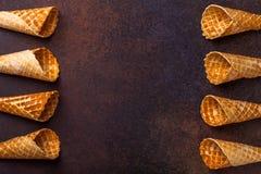 Cono de helado de la galleta, fondo oscuro Fotografía de archivo libre de regalías
