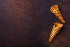 Cono de helado de la galleta, fondo oscuro Foto de archivo libre de regalías