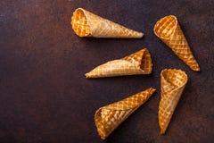 Cono de helado de la galleta, fondo oscuro Fotos de archivo libres de regalías