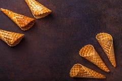 Cono de helado de la galleta, fondo oscuro Foto de archivo