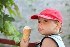 Cono de helado del niño fotografía de archivo