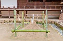 Cono de la arena de Tatesuna en la capilla sintoísta de Ujigami en Uji, Japón Fotografía de archivo libre de regalías