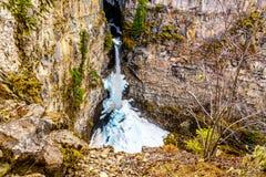Cono de la nieve en invierno en la parte inferior de las ca?das de Spahats en Wells Gray Provincial Park A.C., Canad? foto de archivo libre de regalías