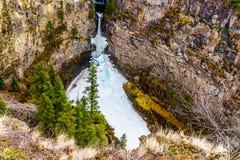 Cono de la nieve en invierno en la parte inferior de las ca?das de Spahats en Wells Gray Provincial Park A.C., Canad? imágenes de archivo libres de regalías