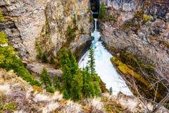 Cono de la nieve en invierno en la parte inferior de las ca?das de Spahats en Wells Gray Provincial Park A.C., Canad? fotos de archivo