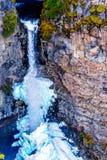 Cono de la nieve en invierno en la parte inferior de las ca?das de Spahats en Wells Gray Provincial Park A.C., Canad? foto de archivo