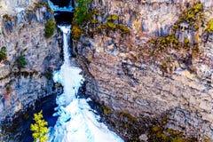 Cono de la nieve en invierno en la parte inferior de las ca?das de Spahats en Wells Gray Provincial Park A.C., Canad? fotografía de archivo