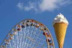 Cono de la rueda de Ferris y de helado Imagenes de archivo