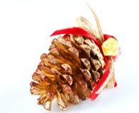 Cono del pino adornado para el árbol de navidad Fotografía de archivo libre de regalías