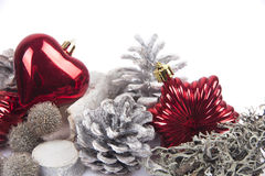 Cono del pino aislado en el fondo blanco con las bolas de la Navidad Foto de archivo libre de regalías