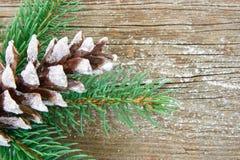 Cono del pino de Glitery en el fondo de madera Imágenes de archivo libres de regalías