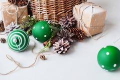 Cono del pino de las bolas de la cesta del regalo de la Navidad del vintage Imagenes de archivo