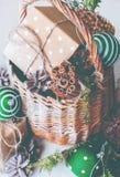 Cono del pino de las bolas de la cesta del regalo de la Navidad del vintage Imagen de archivo