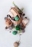 Cono del pino de las bolas de la cesta del regalo de la Navidad del vintage Foto de archivo