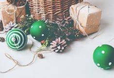 Cono del pino de las bolas de la cesta del regalo de la Navidad del vintage Fotos de archivo libres de regalías