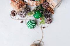 Cono del pino de las bolas de la cesta del regalo de la Navidad del vintage Foto de archivo libre de regalías