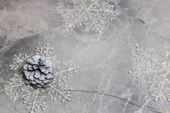 Cono del pino de plata de la Navidad fotografía de archivo