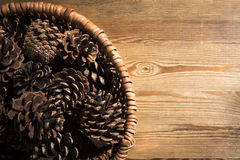 Cono del pino en cesta de mimbre Imagen de archivo libre de regalías