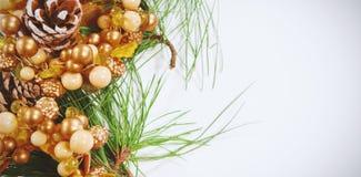 Cono del pino encima de la decoración de la Navidad imagen de archivo