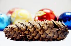 Cono del pino y juguetes de la Navidad Imagen de archivo libre de regalías