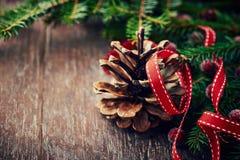 Cono del pino y ramitas spruce para la Navidad Imágenes de archivo libres de regalías