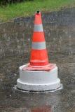 Cono del tráfico en la lluvia Fotografía de archivo libre de regalías