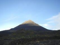 Cono del volcán en la salida del sol Foto de archivo libre de regalías