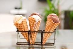Cono della crema di gelato alla vaniglia e del cioccolato Immagine Stock