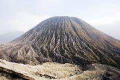 Cono di Batok ed i sui burroni radiali profondi di erosione Fotografia Stock