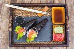 Cono di color salmone dei sushi di temaki sul vassoio Fotografia Stock Libera da Diritti