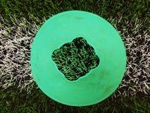 Cono di plastica blu verde intenso sulla linea bianca dipinta Campo da giuoco di plastica del tappeto erboso di verde di calcio c Fotografia Stock Libera da Diritti