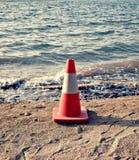 Cono di sicurezza sulla spiaggia Fotografie Stock