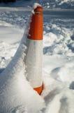 Cono di traffico in neve Immagini Stock