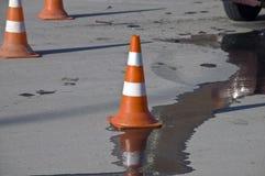 Cono di traffico stradale sul luogo dell'incidente immagini stock libere da diritti