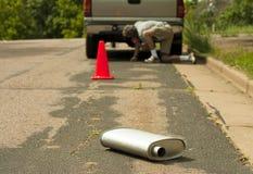 Cono e silenziatore di sicurezza dal lato della strada Fotografie Stock