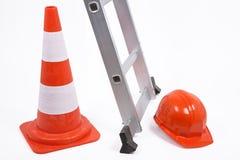 Cono, escalera y casco de protección del tráfico Imagen de archivo