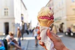 Cono gelato delizioso sostenuto nel centro storico di Cracovia poland Immagini Stock Libere da Diritti