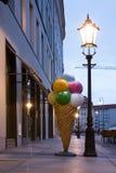 Cono gelato di plastica fuori del caffè nell'ambito del pomeriggio della lampada di via Fotografie Stock