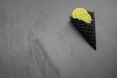 Cono gelato nero con calce Fotografia Stock