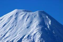 Cono imponente del volcán de Ngauruhoe en invierno Foto de archivo libre de regalías