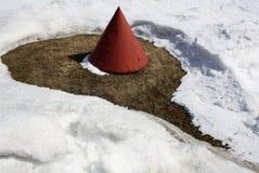 Cono rojo en nieve Fotografía de archivo libre de regalías