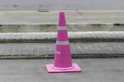 Cono rosa-chiaro di traffico nella strada Immagine Stock