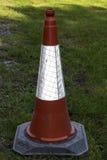 Cono rosso di traffico su erba Fotografia Stock Libera da Diritti