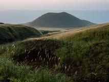 Cono vulcanico di Komezuka dopo il tramonto - nella caldera di Aso, prefettura di Kumamoto, Giappone fotografia stock