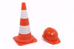 Cono y casco de protección del tráfico Imagenes de archivo