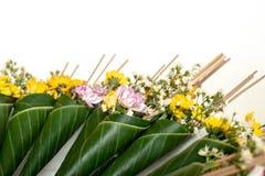 Cono y flor verdes de la hoja del plátano para la adoración del Buda Foto de archivo libre de regalías